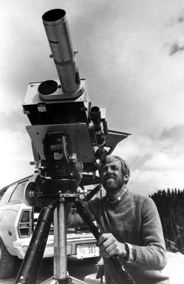 Le géologue David A. Johnston avec l'un des instruments utilisés afin de mesurer les émanations de gaz issus du Mont Saint-Helens.