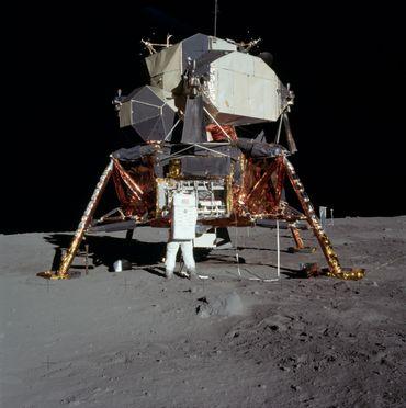 Le module Eagle a bien failli ne jamais toucher le sol lunaire en raison de bugs informatiques et d'une marge de carburant trop faible.