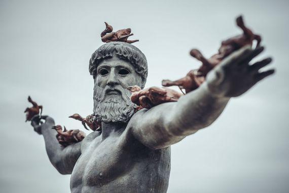 Le regard tourné vers la mer, ce Dieu grec est l'une des nombreuses œuvres de Beaufort, la Triennale d'Art Contemporain sur Mer, ces canards (de Pékin) étant un clin d'œil de l'artiste chinois, Xu Zhen.