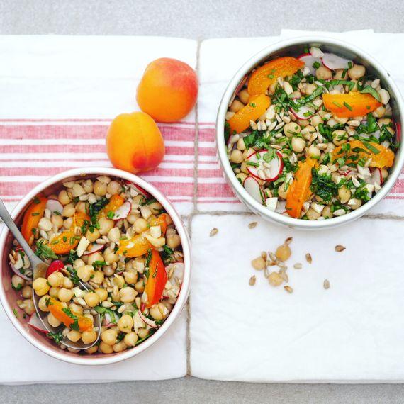 Salade de pois chiches, radis et abricots grillés.