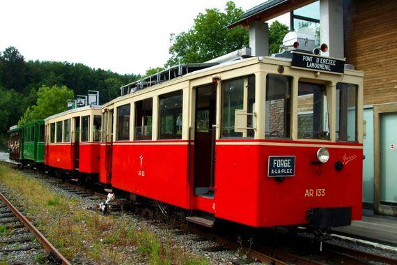 Découvrir Erezée à bord  à bord d'un tramway vicinal d'une autre époque, conçu initialement pour le transport des bois !