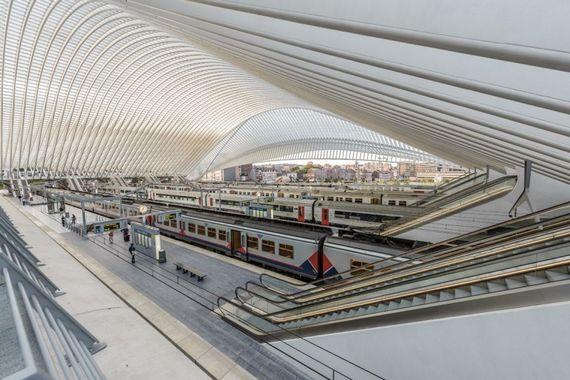 La gare TGV de Liège-Guillemins, véritable cathédrale de verre et d'acier, dessinée par l'architecte Santiago Calatrava