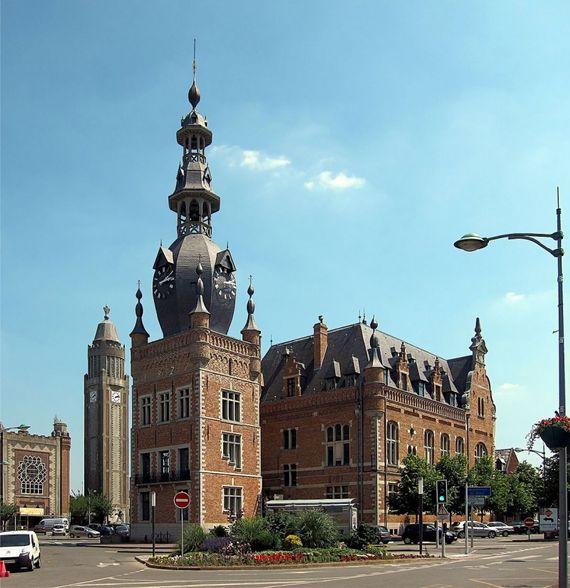 L'hôtel de ville  de Comines et le beffroi (1923).