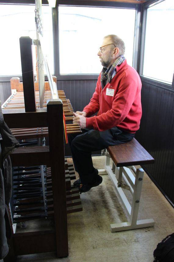Patrice qui joue du carillon