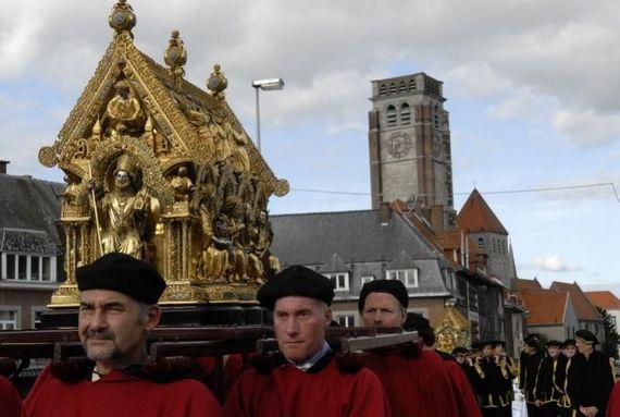 A Tournai, la Vierge aurait délivré la ville d'une épidémie de peste, raison pour laquelle douze statues de la Vierge défilent au sein de cette procession.