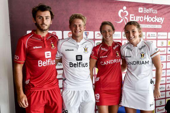 Arthur van Doren, Victor Wegnez, Barbara Nelen et Sophie Limauge posent avec la nouvelle équipe lors de la conférence de presse des équipes nationales belges de hockey des Red Lions et des Red Panthers avant les championnats du hockey européen, le mardi 6 août 2019 à Anvers.