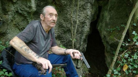 Jean-Claude Deffet commence sa carrière de gangster à 22 ans, en braquant un bureau de chômage.