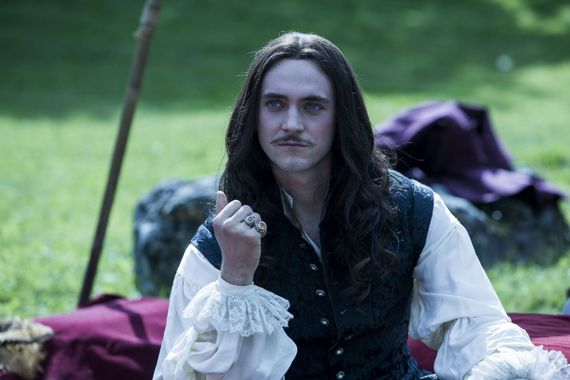 George Blagden dans le rôle de Louis XIV