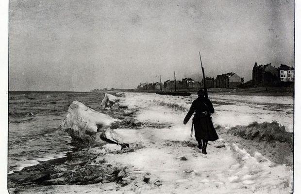 Une sentinelle arpentant la plage de Nieuport (mars 1917). On voit ici la plage de Nieuport prise par la glace. Editeur inconnu.     - Collection privée, Nicolas Mignon. © ©