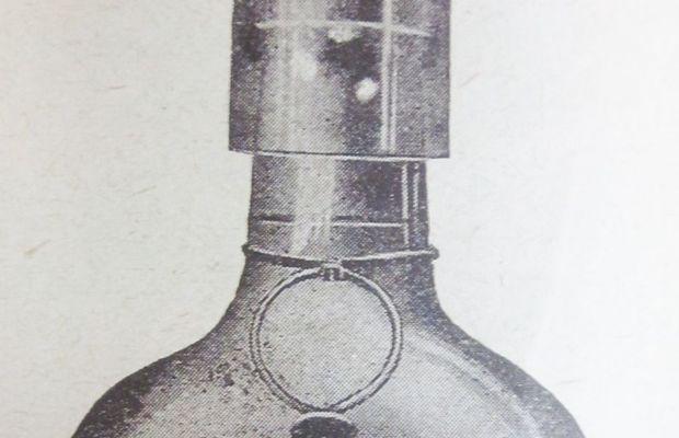 """Liqueurs La Carmélitine (1914) Marque qui produisait des boissons alcoolisées tels que rhum, anisette, triple sec, liqueur de fraise, élixir national, curaçao brun et kirch. Produits vendus dans les magasins Delhaize. Un des seuls débiteurs de boissons alcoolisées variées, Delhaize était souvent mentionné dans des listes d'achats de la population et de diverses institutions. Curieusement, dans une école normale bruxelloise gérée par des soeurs, le """"rhum Delhaize"""" figurait dans les listes d'achats au moins une fois par mois en 1917.  - Archives Groupe Delhaize ©"""
