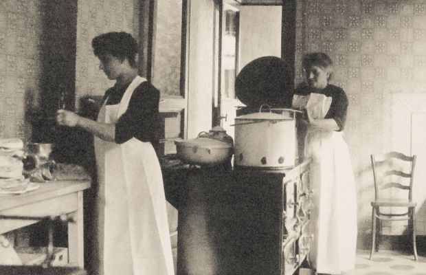 In the kitchen: Seraing, canteen for mentally handicapped children, July 1918  - State Archives of Liège ©