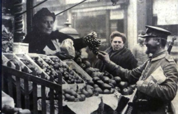 """""""Soldados alemanes en Bélgica"""" [German soldiers in Belgium] Image of the friendly presence of German soldiers in the Belgian morning markets; another way of looking at the actual food requisitions… Postcard for collection in an album, the subject of which was """"La guerra europea"""" [the European war] from the Cuban cigarette brand Susini  - Private collection, Nicolas Mignon ©"""
