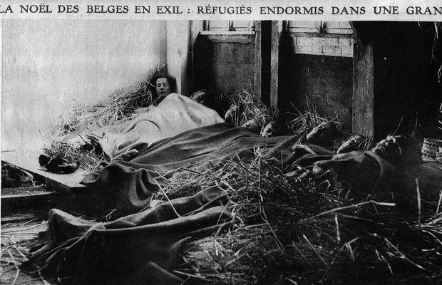"""Carte postale """"La Noël des Belges en exil: les réfugiés endormis dans une grange""""  - Tous droits réservés ©"""