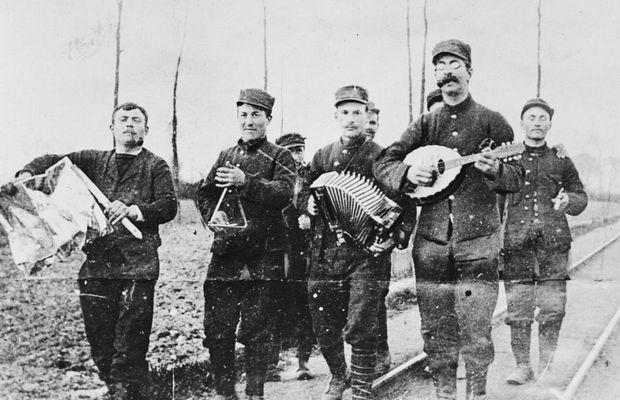 Musiciens en fête, juillet 1916   - Musée royal de l'Armée et d'Histoire militaire, N° Inv. KLM-MRA : B-1-186-19-3185 © ©