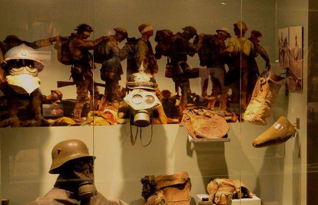 Collection de masques à gaz, comprenant à droite, des masques pour animaux  - Liège Expo 14-18 ©