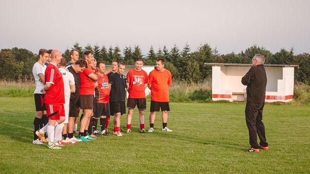 L'équipe du FC Pessoux et le coach Leo Van der Elst
