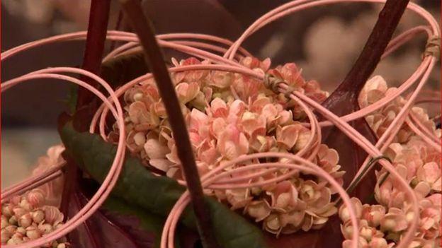 Le montage floral prend forme
