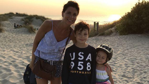 Joëlle Scoriels et ses deux enfants, Sacha et Estelle, à la mer du nord.