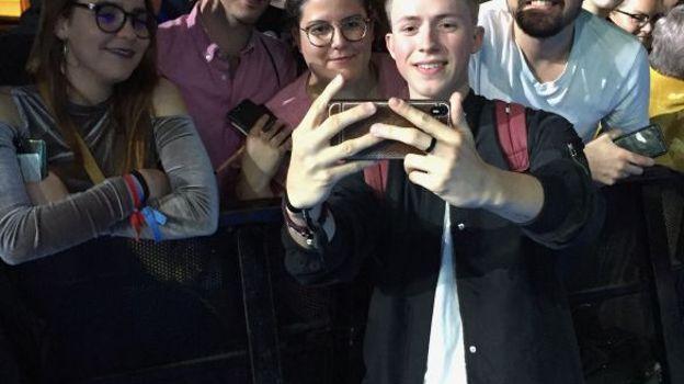 Eliot et des fans en Espagne