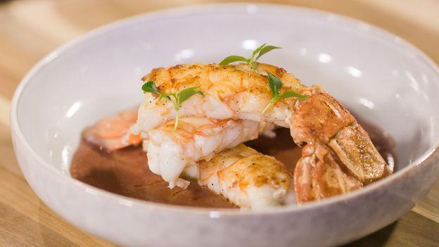 TUTO : Langoustines poêlées sur coulis de crustacés à la betterave