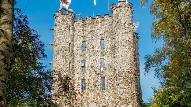 Dressée dans les années 1960 au milieu d'un site isolé dominant la vallée du Geer, cette tour fantastique a été construite en gros moellons de silex provenant de la carrière toute proche, par Robert Garcet
