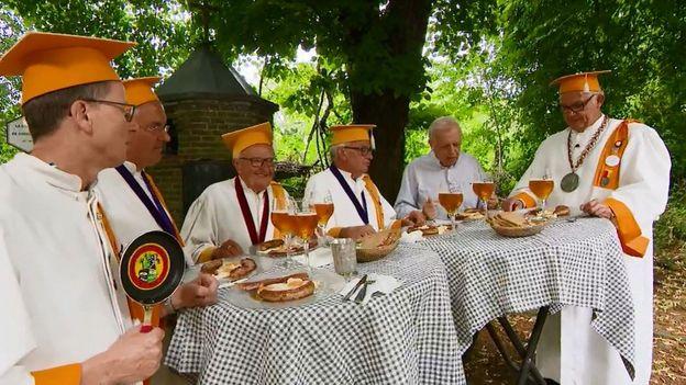 Ambassadeurs folkloriques du tourisme wallon, perpétuant la tradition séculaire de la Fricassèye de Chèvremont.