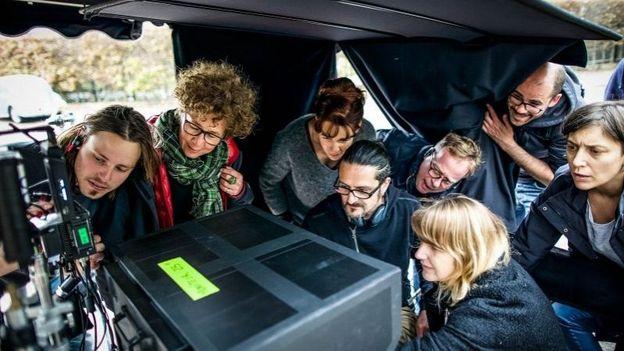 """Olivier Masset-Depasse et l'équipe sur le tournage de """"Duelles"""""""