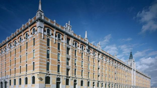 Tour et Taxis doit son nom original aux fondateurs de la poste, la famille Von Thurn und Tassis