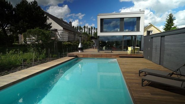 Maison avec piscine au luxembourg rtbf une brique dans for Piscine luxembourg