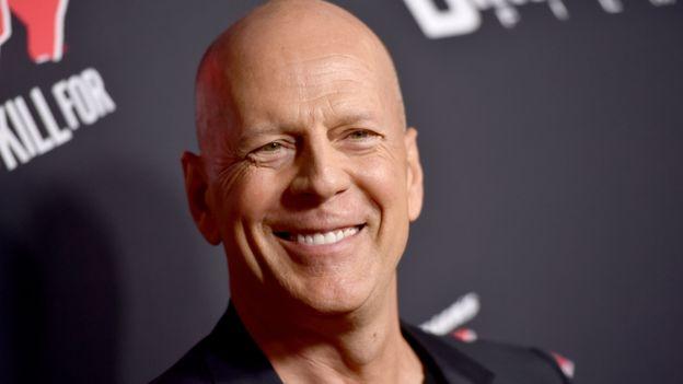Bruce Willis avec des cheveux imite Donald Trump !