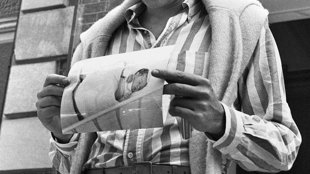 Johnny Hallyday présente le 15 août 1966 la photo de son fils David, né la veille.