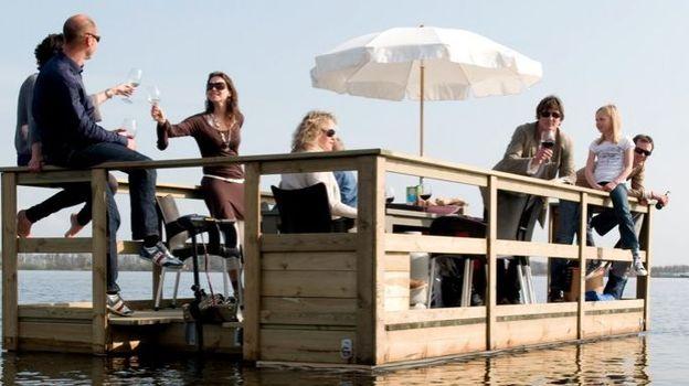 Exclusivité belge : les barges cocobo peuvent vous accueillir pour un Apéro sur l'eau, un barbecue, ou simplement une agréable promenade sur un support stable et élégant.