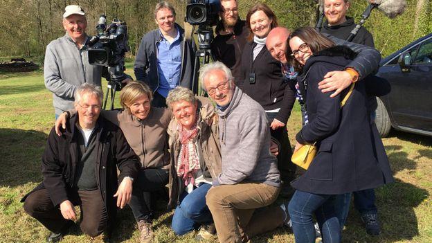 Philippe Soreil, entouré du duo d'Ambassadeurs et de l'équipe de tournage