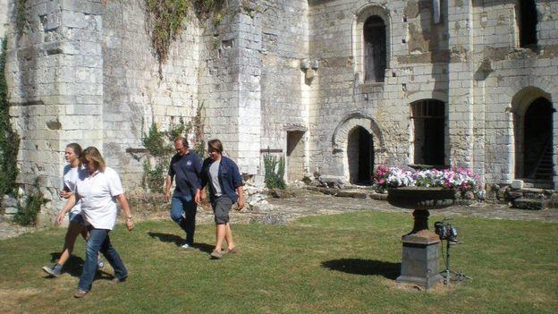 Toute la famille Gribomont – Victoria, la fille, Christine, la maman, Marc-Olivier le papa et Igor, le fiston, se dirigent, à travers la cour de l'ancien cloître vers une salle qu'ils s'occupent à dégager…