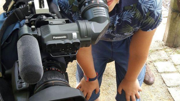 Il en profite pour s'essayer aux métiers de la télévision.  D'abord la caméra