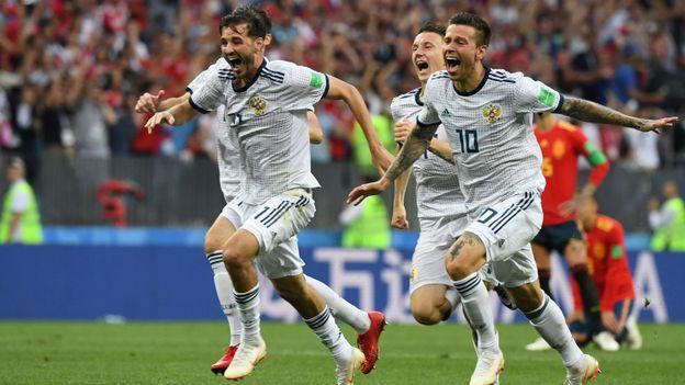 L'équipe russe fête sa victoire face à l'Espagne en huitièmes de finale.