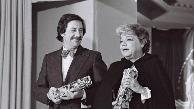 """Les acteurs français Jean Rochefort et Simone Signoret  reçoivent, le 04 février 1978 à la Salle Pleyel à Paris, deux Césars pour leurs interprétations respectives dans """"Le Crabe-tambour"""" et """"La Vie devant soi""""."""