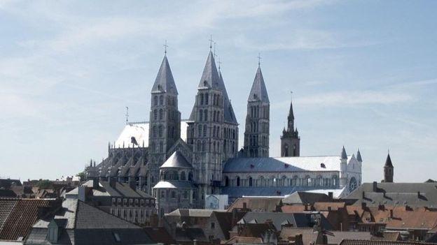 La cathédrale Notre-Dame de Tournai (XIIe s.), classée UNESCO depuis l'an 2000, impressionne par sa volumétrie, le mariage original des styles roman et gothique et ses cinq tours qui s'élancent à plus de 80 mètres de haut.