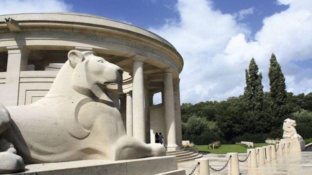 Le monument se présente sous la forme d'un temple à colonnades de forme circulaire, et l'édifice est gardé par deux lions de pierre ; l'un symbolisant la Belgique et l'autre l'Empire britannique.
