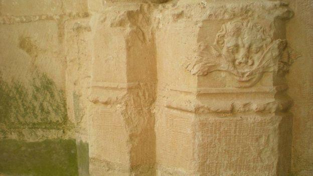 A la base de l'un des piliers de l'arcade d'une absidiole latérale de l'église abbatiale, l'un des deux et rarissimes Hommes de Feuilles conservés à Bois Aubry…