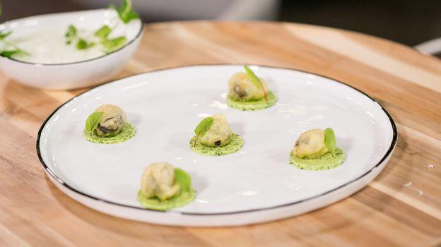 TUTO : tempura d'escargots, crème à l'ail et persil