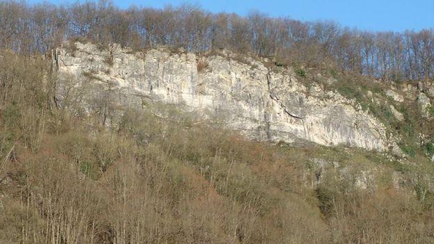 """Au sommet de la Roche-aux-Faucons se trouve également un des plus importants chantoirs de la région, """"la Douve des Eaux Sauvages""""."""