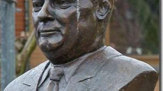 Le buste d'Edmond Leburton, ancien premier ministre dont Waremme fut le fief.