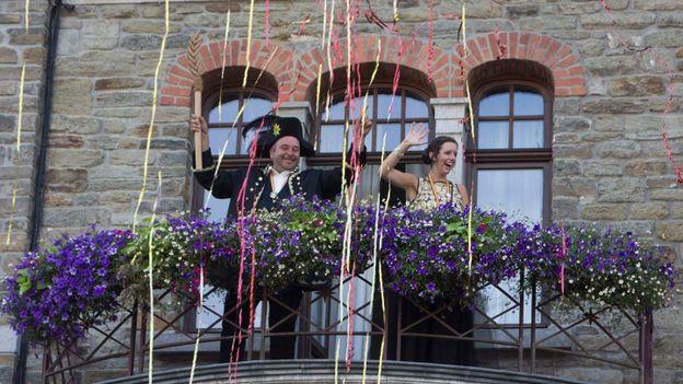 Carnaval du Soleil. Le Roi Soleil et la Princesse Carnaval sont intronisés à l'Hôtel-de-Ville avant d'être présentés au peuple.