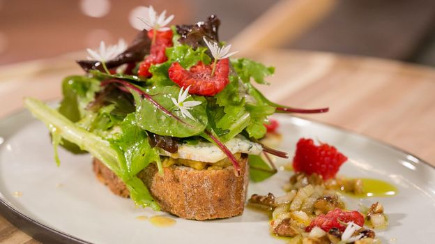 TUTO : toast au fromage bleu et à la rhubarbe