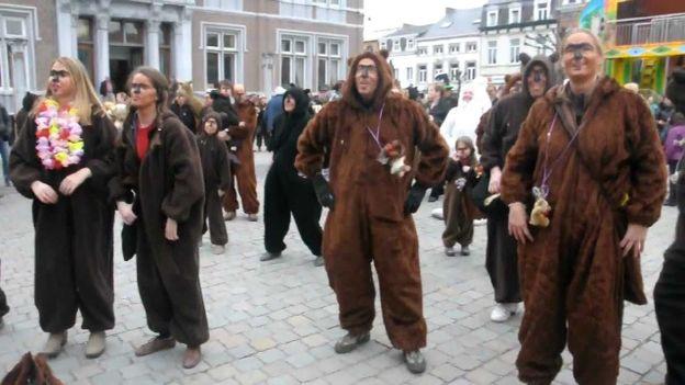Chaque année, le dimanche de Laetare,les Ours, mascottes d'Andenne, envahissent les rues de la cité mosane.