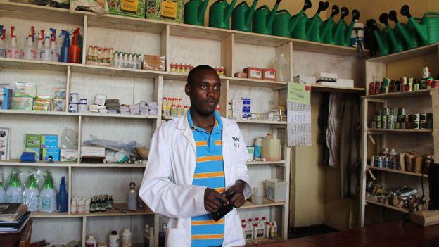 Alphonse Ndindabahizi, vétérinaire indépendant, dans sa pharmacie