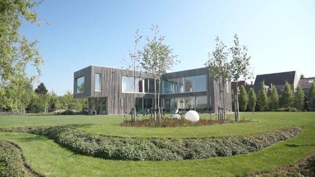 Maison familiale bardée de bois ouverte sur son environnement dans le Tournaisis
