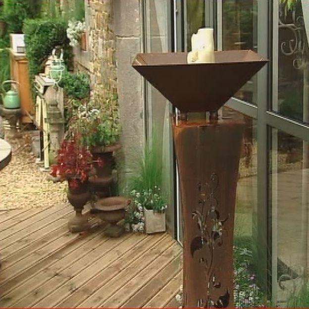 Les éléments de décoration sont disséminés çà et là dans le jardin