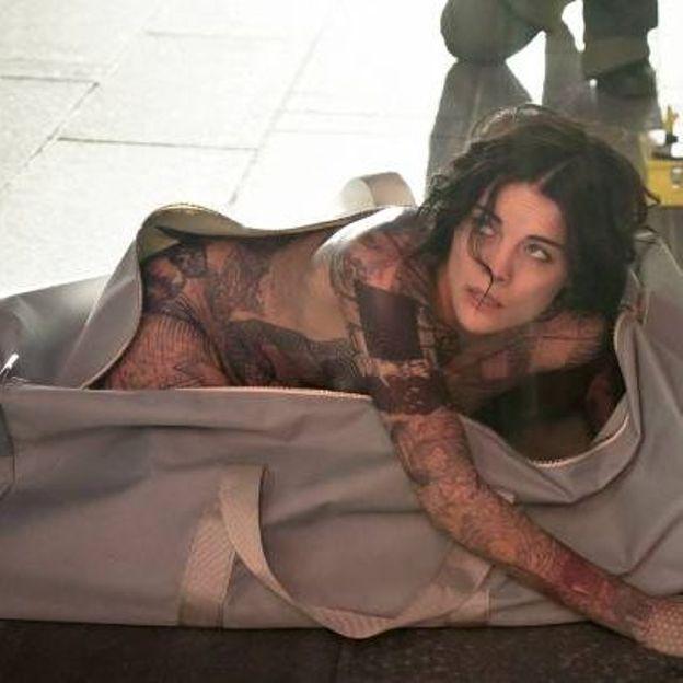 Dans la saison 1, Jane était découverte dans un sac avec pour seule identité, des tatouages révélateurs